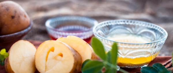 Khoai tây cũng là một nguồn giàu vitamin C, giúp tái tạo collagen trong đó đã bị tổn thương và cũng ngăn ngừa mất độ đàn hồi của da